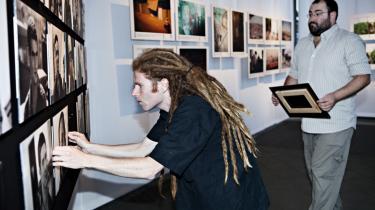 Avihai Stollar (forrest) og Yehuda Shaul er ved at hænge billeder op til udstillingen 'Breaking the Silence',   som åbner i dag.