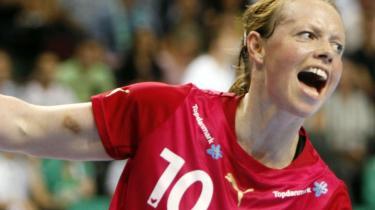 Henriette Mikkelsen skal koncentrere sig om at score mål og ikke stemmer, mener håndboldklubbens eks-sponsor Per Yding.