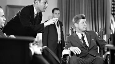Præsidentdebat. Don Hewitt forbereder præsident John F. Kennedy inden optagelser i december 1962. Hewitt havde tidligere mødt præsidenten, da han producerede den første tv-transmitterede præsidentdebat mellem Kennedy og Nixon i september 1960.