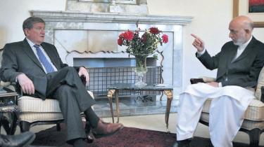 Afghanistans præsident, Hamid Karzai, er i stigende grad blevet en belastning for USA og  dets allierede. Rapporter om omfattende valgsvindel sender ham endnu et skridt ud i kulden
