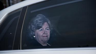 Integrationsministeren fralægger sig ansvaret for, at Danmark tvangsudviser irakere, som hun selv kunne have givet humanitær opholdstilladelse. Det mener flere medlemmer af Flygtningenævnet. Knæfald for DF, lyder det fra oppositionen