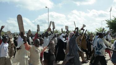 Indtil videre er demonstrationerne mod den nye familielov forløbet fredeligt. Men imamer truer med vold, hvis præsidenten ikke tager 10-12 paragrafer ud, som blandt andet sikrer kvinders rettigheder ved skilsmisse og i det hele taget er et stort skridt for ligestillingen i Mali.