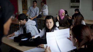 Unge med anden etnisk baggrund, der står foran valget mellem en videregående uddannelse eller et ufaglært arbejde, kan blive påvirket af venner og familie, som har den holdning, at man ikke kan bruge sin uddannelse til noget. Men selv om der stadig er unge, der springer fra efter studiestart, er antallet af studerende med anden etnisk baggrund, der tager eksamen fra et af de danske universiteter, stigende.
