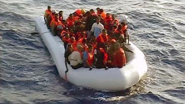 EU har bedt Italien om at redegøre for landets politik over for bådflygtninge, mens Italien truer med at blokere den fælles EU-politik, hvis EU kritiserer Italien.