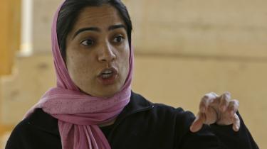 Trods trusler og adskillige mordforsøg er Malalai Joya ikke bleg for at kritisere diverse uretfærdigheder. Hun anbefaler på det kraftigste Danmark at trække sine soldater i Afghanistan hjem. 'De giver deres liv for en forkert sag,' siger hun.