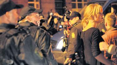 Københavns Politi har gennemset sit materiale fra Brorsons Kirke og fundet optagelser af begivenhederne uden for kirken. Det materiale offentliggøres nu