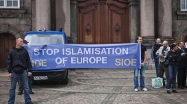 Det er netop blevet vedtaget, at der skal opføres en moské i København. Her ses demonstranter på Christiansborgs Slotplads imod moskéen. Georg Metz forudsiger, at mosken vil åbne op for yderligere islamofobi.