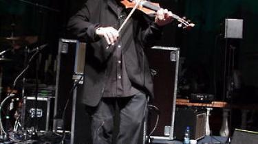 De fleste var sikkert ikke kommet for at høre Royal Philharmonic Orchestra, men fænomenet Martha Argerich. Hun meldte som frygtet afbud, og i stedet kom et mere afdanket fænomen, postpunkeren Nigel Kennedy