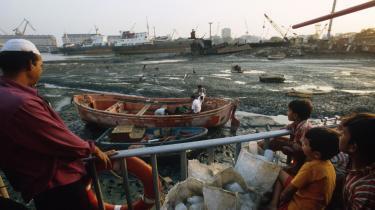 Antallet af gamle skibe, der ophugges, er igen stigende blandt andet i Indien. Men det er yderst skadeligt for miljøet, og arbejderne mangler rettigheder og arbejder under farlige forhold, lyder kritikken.