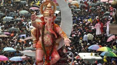 Omsorg for miljøet har vundet indpas i Indien, hvor det senest var tydeligt under en af indernes religiøse festivaler. I Mumbai fejrede man traditionen tro elefantguden Ganesh, men i år var der mere fokus på miljøet end tidligere. Normalt sættes de gigantiske papmache-figurer i vandet. I år blev de på land. Heller ikke de enorme mængder af fyrværkeri, der normalt er med til at markere fejringen, blev brændt af.