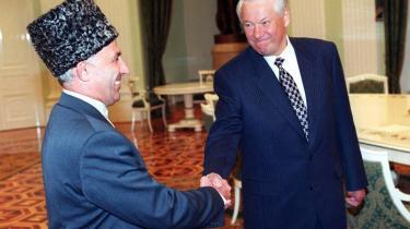 Lederne. Ifølge Flemming Rose har han mange gange fordømt Moskvas 'konkrete' fremfærd og kaldt den fordømt og forbryderisk flere gange. Men han mener på den anden side også, at tjetjenske ledere og naive, ansvarsløse og uvidende støtter af tjetjensk uafhængighed i Vesten må også tage noget på deres kappe. Den tidligere russiske præsident Boris Jeltsin og den tjetjenske leder Aslan Maskhadov under et møde i Kreml i 1997, hvor de blandt andet diskuterede Tjetjeniens ønske om løsrivelse.