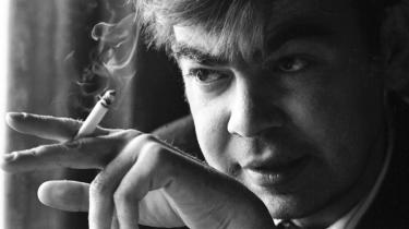 Boheme. Den kontroversielle finske lyriker Saarikoski (1937-1983), der var entusiastisk kommunist, gift fire gange og konsumerede store mængder alkohol, har engang sagt: 'Jeg gør mit liv til fiktion, så det kan blive sandhed.'