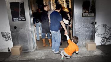 130 kunstnere har bidraget til auktionen til fordel for de udvisningstruede irakere, men det var ikke alle, der var lige begejstrede for at besøge ferniseringen i Kødbyen i København.