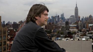 Johnny Madsen åbnede i sidste uge sin første solo-udstilling i New York - byen der netop har dannet ramme om en af de værste økonomiske nedture i nyere tid. Men for Madsen har New York altid stået som noget stort - og en krise er mest af alt en mulighed for 'at sætte af fra bunden'