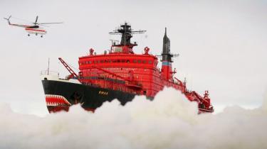 Danmark og Grønland er i kapløb med Rusland om især olie under Nordpolens ismasser. Her ses den russiske atomdrevne isbryder Yamal på vej gennem Ishavet nær Nordpolen, hvor russerne er ved at etablere en ny forskningsstation.