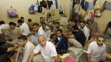 Der er trængsel i cellerne i de irakiske fængsler. De tre tvangsudviste asylsøgere, der blev fængslet i Irak den 2. september, har således fortalt, at de sad i så lille en celle, at de måtte sove på skift, fordi kun én af dem kunne ligge ned ad gangen.