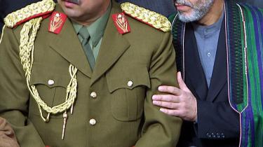 To dage før valget vendte general Abdul Rashid Dostum tilbage til Afghanistan efter et års 'eksil' i Tyrkiet for at give sin støtte til præsident Karzai.   Dostum er stadig en magtfuld og populær mand i Afghanistan, hvor hans tilhængere den dag i dag kalder ham for 'Kong Dostum'. Her er de to mænd fotograferet sammen i 2002, hvor Dostum (t.v) var forsvarsminister.
