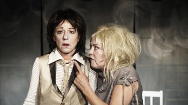 Klovne, kvinder eller bare mennesker? Ditte Gråbøl og Merete Hegner optræder som ny stærk komikerduo på   Teatret ved Sorte Hest.   Imponerende angstfri.