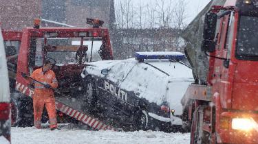 Natten til 29. december 2001 døde 25-årige Lars Wølch Jørgensen og 23-årige Claus Nielsen af skud fra politiets pistoler, da to betjente fra en hundepatrulje forsøgte at stoppe seks biltyve i Tilst ved Århus. Betjentene har forklaret, at de affyrede 12 skud i nødværge, fordi biltyvene forsøgte at køre dem ned.