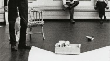 Elever fra 60'ernes eksperimenterende kunstskole, Eksskolen (1961-1969), overtog stort set rub og stub på den danske kunstscene, fordi de holdt sammen. På billedet opfører Tom Krøjer en lydhappening i forbindelse med Foreningen for Ung Dansk Kunsts femårsudstilling. Med et 'svup' har han netop tømt en dåse spinat ud på papiret på gulvet. I baggrunden Aase og Poul Gernes.