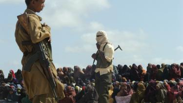 Den islamistiske milits al-Shabab har efterhånden tilkæmpet sig kontrollen med store dele af det centrale og sydlige Somalia, hvor den praktiserer sharia, og som her i en forstad til Mogadishu udfører afstraffelser offentligt. Militsen har lovet flere aktioner mod udlændinge i Somalia, efter at en amerikansk aktion i forgårs resulterede i drabet på en kendt kenyansk terrorist, syd for Mogadishu.