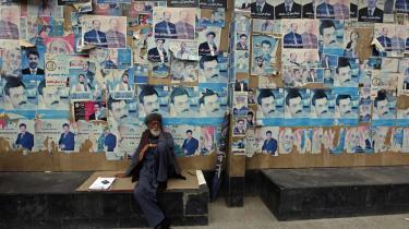 Karzai fortsætter som afghansk præsident, men ikke efter en troværdig afstemning. Svindlen har været massiv.