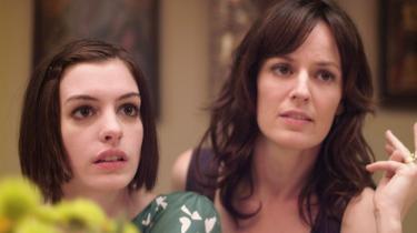 Søstre. Det er storesøster Rachel, der skal giftes, men det er lillesøster Kym, der med skeletter i skabet til en hel tv-serie render med opmærksomheden.