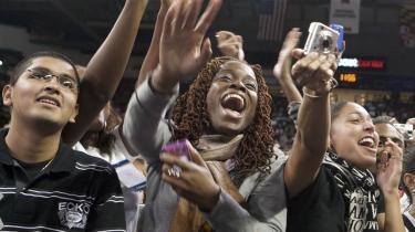 Publikum klappede, hvinede, skreg og piftede, da USA's præsident Obama i går talte på University of Maryland. 'Vi skal vedtage en sundhedsreform, fordi vi kan. I, der er her i dag, ved, at Amerika stadig er i stand til at gøre store ting', sagde Obama bl.a.