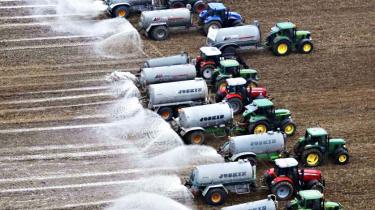 Mariann Fischer Boel har i sin tid som landbrugskommissær gjort op med bl.a. den omfattende støtte til sukkerproducenterne, men liberaliseringen af landbruget vækker fortsat stærke følelser blandt EU's bønder. Her fordeler belgiske mælkeproducenter tre millioner liter mælk i protest mod de lave mælkepriser.