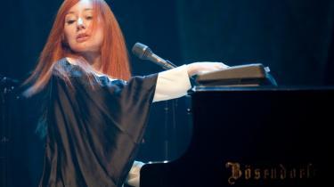 Tori Amos red på sin klaverstol, drejende frem og tilbage mellem sit Bösendorfer-flygel, synthesizere og el-orgel. Der var højdepunkter under koncerten, men hun og backinggruppen rodede rundt i sangkataloget uden afgørende svirp, konsekvens og nerve. Det blev for mageligt, men når hun var solo, var det bedst.