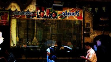 Politisk kebab. Forvirringen bliver kun værre, da jeg passerer en kebabshop, der lader sin front pryde med et billede af Syriens diktator Bashar Al-Assad i selskab med Irans Ahmedinejad og Hassan Nasrallah, lederen af Hizbollah. Ikke nok med, at jeg ikke kan skille politik fra religion og tradtionalitet fra modernitet. Nu skal maden også blandes ind i det.