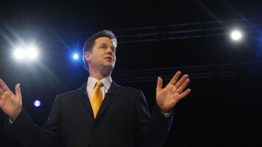 Liberaldemokraternes leder, Nick Clegg, kigger mod venstre på partikongressen i Bournemouth. Mange iagttagere mener, at han også politisk burde orientere sig mod venstre og gå målrettet efter de utilfredse Labour-vælgere.