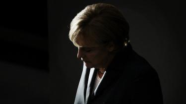 I skyggen. Modsat sine forgængere i kanslerembedet trives Angela Merkel godt uden for rampelyset. Den tyske leder er blevet beskyldt for at mangle store visioner og armbevægelser, men forud for det tyske valg, lader det til, at tyskerne er blevet glade for hendes bevidst nedtonede fremtoning.