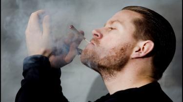 Medicinsk fornuft. Hvis du skulle vælge rusmiddel udfra medicinske grunde, så skulle du lægge flasken langt væk og i stedet ryge dig skæv, påstår forfatteren til 'Marijuana is Safer'. Model