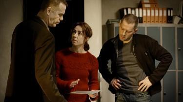 Sarah Lund (Sofie Gråbøl) har i 'Forbrydelsen II' både fået ny sweater og skærpet konkurrence fra TV 2 og TV3. Sarah Lund er her omgivet af drabschef Brix (Morten Suurballe) og vicepolitikommissær Ulrik Strange (Mikael Birkkjær)