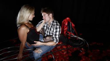 Nepotismen virker. Både David Owes kone og hans potentielle elskerinder har fået gode roller hos Nepo-teatret i stykket 'Closer'. Her tester David Owe de smukke læbekurver hos Kathrine Høj Andersen.