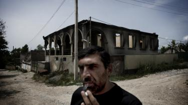 Den fem dage lange konflikt/krig mellem Georgien og Rusland kostede 1.000 menneskeliv på hver side og gjorde over 60.000 hjemløse. En georgier trøster sig med en cigaret foran sit udbombede og -brændte hus.