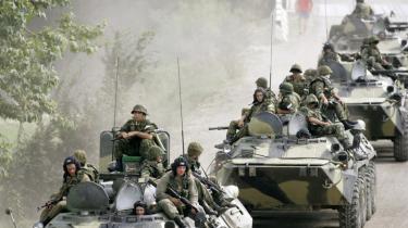Russiske kampvognssoldater på vej mod byerne Gori og Poti inde i selve Georgien i august sidste år, efter at de nordfra var kommet ind i udbryderrepublikken, enklaven Abkhasien, der var en del af Georgien for at støtte uafhængighedskrigere.