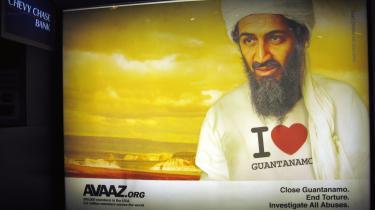 Osama bin Laden, al-Qaedas leder, iført en T-shirt med teksten 'Jeg elsker Guantánamo' på en reklame i metroen i Washington D.C. Reklamens afsender er Avaaz.org, en organisation, der vil minde os om, at tortur og udenoms-retslige fængslinger som på Guantánamo er ulovlige og uetiske. Det ansporer netop Osama bin Ladens netværk til at rekruttere flere fjendtlige folk mod de vantro.