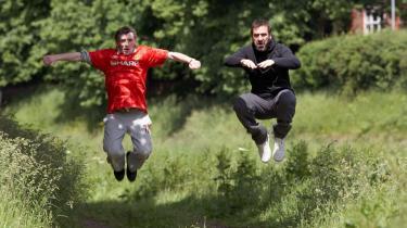 Viola! Den hårdtprøvede Eric filosoferer over sit store idol, fodboldsstjernen Eric Cantona, som - viola! - indtræder i filmen.