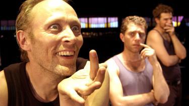 Lars Mikkelsen går fra forstanden på vidunderligste måde som terror-krukken Malvolio, der tror, at hans frue er forelsket i ham. Feminine versioner af Benjamin Kitter og Kenneth Müller Christensen følger ham bekymret i 'H3K'.