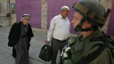 Skærpet retorik. Israelsk patruljering i Hebron på den besatte Vestbred. Torsdag advarede Israel FN mod, at Sikkerhedsrådets kritiske rapport om Israels krigsførelse i Gaza vil kunne give 'dødsstødet til fredsprocessen'.