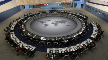 Et større bord. Det, der tidligere var kendt som G8-kredsen, har fået et større bord at sidde ved. Med plads til Indien, Brasilien, Sydafrika ... Men det er ikke nødvendigvis et velkommen til verdens fattige, lyder kritikken.