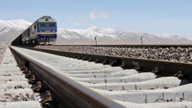 De kinesiske myndigheder har endnu ikke oplyst, hvad de agter at gøre for at sikre togforbindelsen på det tibetanske plateau. 550 kilometer af strækningen er bogstavelig talt på gyngende grund efter at permafrosten er begyndt at tø.