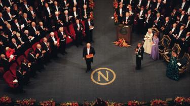 Prisoverrækkelse. Den 10. december 1997 overrakte den svenske konge Carl Gustaf XVI nobelprisen i litteratur til italienske Dario Fo. Kritikere mente, at det var svært at forstå prisen uden at skele til Fos offentlige kritik af USA.