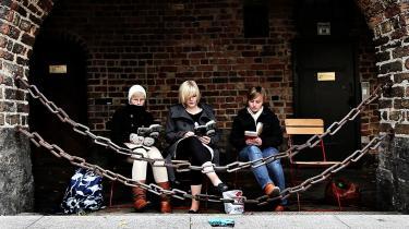 Oplæsning. I Flensborg er den officielle holdning, at forholdet mellem tyskere og danskere er rigtig godt. Men der er stadig mange uforløste konflikter. Her er det kunstens opgave at bryde overfladen.