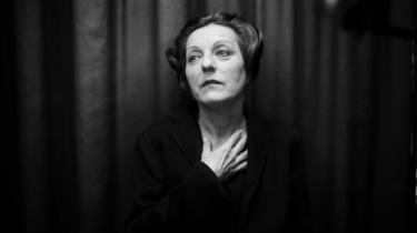 Den 56-årige rumænsk-tyske forfatter Herta Müller reagerede med både ydmyghed og vantro, da Det Svenske Akademi i går tildelte hende Nobels litteraturpris 2009. Hun modtager prisen for med koncentreret poesi og saglig prosa at have skildret 'de fordrevnes landskab', som det hedder i nobelkomiteens begrundelse.