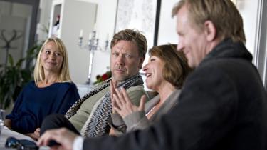 Filminstrukt©™ren Susanne Bier i midten sammen med Trine Dyrholm (tv.), Mikael Pers°©brandt, og Ulrich Thomsen under filmoptagelserne p? F?borg Sygehus til °ØH©°vnen°Ø