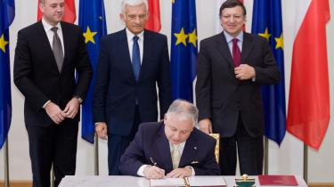 Den polske præsident, Lech Kaczynski, underskrev i lørdags Lissabon-traktaten, mens den svenske statsminister (og i øjeblikket EU-formand) Fredrik Reinfeldt (t.v.), EU-parlaments-formand Jerzy Buzek og EU-Kommissionsformand José Manuel Barroso (t.h.) så til.