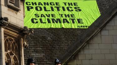 Ny regeringsførelse er påkrævet af mange lande, da de må gentænke vækstfilosofien, hvis vi skal reducere skaderne af klimaforandringerne. Her gentager Greenpeace budskabet på taget af parlamentet i London.